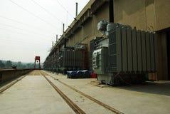 巨大电源变压器imstalled在Sirikitti水坝 库存图片