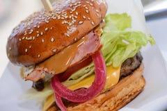 巨大的乳酪汉堡 免版税图库摄影