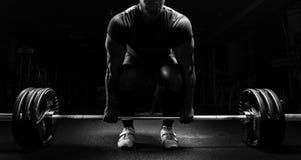 巨大的人准备执行称deadlift的锻炼 免版税图库摄影
