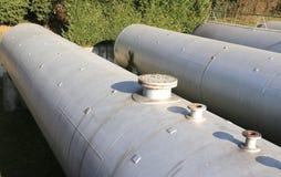 巨大的储气坦克在一个工业区 免版税库存照片