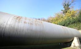 巨大的储气坦克在一个工业区 图库摄影
