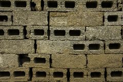 巨大的具体石砖灰色墙壁  具体砖未完成的墙壁  概略的纹理 免版税库存图片