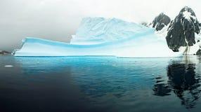 巨大的冰山在De Gerlache Strait,南极洲 免版税图库摄影