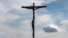 巨大的十字架有在法蒂玛,葡萄牙圣所的云彩背景  免版税库存照片