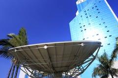 巨大的卫星盘和摩天大楼 免版税库存照片