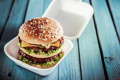 巨大的双重美国乳酪汉堡 免版税库存图片