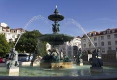 巨大的喷泉在罗西乌广场在里斯本 图库摄影