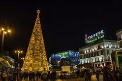 巨大的圣诞树由光做成在普埃尔塔del Sol广场在马德里 库存图片