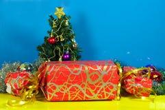 巨大的圣诞节矮小的个当前结构树 免版税库存照片