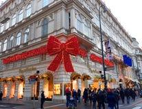 巨大的在一个历史的宫殿的门面的红色闪耀的弓在维也纳 库存照片