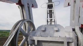 巨大的在井架特写镜头的泵浦杰克运作的机制 影视素材