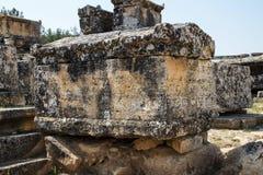 巨大的坟茔在大墓地 免版税库存照片