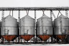 巨大的坦克和水库在化工业 行业背景 库存图片