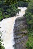 巨大的垂直的瀑布- Valara瀑布在厚实的森林里在伊杜克克镇,喀拉拉,印度-自然墙纸 库存图片