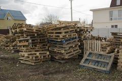 巨大的堆板台不同在一个回收的企业室外区域的 库存照片
