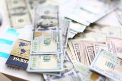 巨大的堆美国说谎在财政统计图表的金钱护照和万一银行卡 库存图片