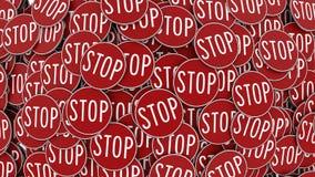 巨大的堆被排列的圆红色停车牌 免版税库存照片