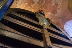 巨大的存贮啤酒桶历史古老印象深刻的室内加州 图库摄影