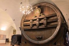 巨大的存贮啤酒桶历史古老印象深刻的室内加州 库存照片