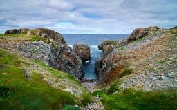 巨大的岩石和冰砾露出沿海角Bonavista海岸线在纽芬兰,加拿大 库存图片