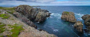 巨大的岩石和冰砾露出沿海角Bonavista海岸线在纽芬兰,加拿大 免版税库存图片