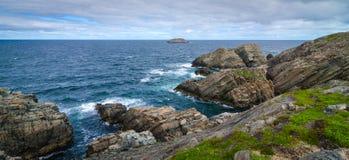 巨大的岩石和冰砾露出沿海角Bonavista海岸线在纽芬兰,加拿大 图库摄影