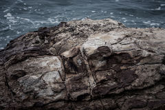 巨大的岩石和海在背景中 免版税库存图片
