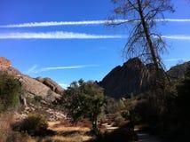 巨大的岩石在蓝天下 库存图片