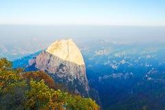 巨大的岩石日落秋天 库存照片
