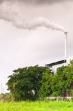 巨大的工厂烟囱污染空气的,散发水蒸气和烟污染的高烟囱 图库摄影