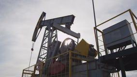 巨大的强有力的泵浦杰克起作用油田 股票视频