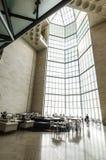 巨大的彩色玻璃窗在餐馆在伊斯兰教的艺术普遍的博物馆的主要大厅里在多哈市,卡塔尔 库存图片