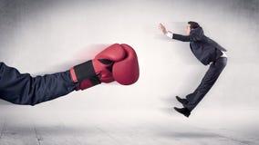 巨大的拳击手套拳打商人概念 皇族释放例证