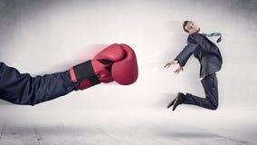 巨大的拳击手套拳打商人概念 图库摄影