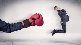 巨大的拳击手套拳打商人概念 免版税库存图片