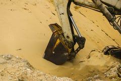 巨大的挖掘机桶开掘在沙子猎物采矿的沙子 库存图片