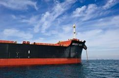 巨大的散装货轮明亮的风的弓在停住的在路 不冻港海湾 东部(日本)海 17 09 2015年 免版税图库摄影