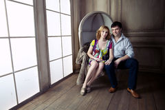 巨大的新生窗口阐明了怀孕的夫妇 免版税库存照片
