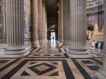 巨大的柱子和铺磁砖的地板在巴黎,法国,万神殿里面 免版税库存照片