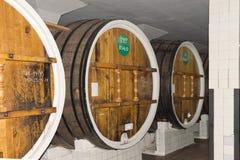 巨大的桶酒在地窖存贮酿酒厂 库存照片