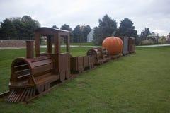 巨大的橙色南瓜乘驾木南瓜明确魔鬼列车在万圣夜 免版税图库摄影