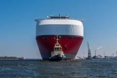 巨大的汽车运载船推进绿色高速公路航行到锁 免版税库存照片
