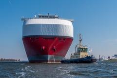巨大的汽车运载船推进绿色高速公路航行到锁 库存照片