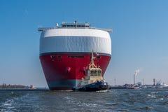 巨大的汽车运载船推进绿色高速公路航行到锁 免版税图库摄影