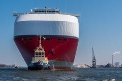 巨大的汽车运载船推进绿色高速公路航行到锁 库存图片