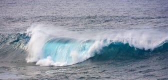 巨大的波浪在Los附近的海洋 免版税图库摄影