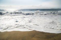 巨大的海浪在半月湾,加利福尼亚 库存图片