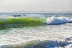 巨大的海浪在半月湾,加利福尼亚 免版税库存照片