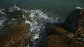巨大的海浪捣毁反对岩石 影视素材
