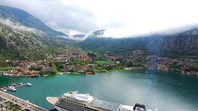 巨大的游轮在科托尔湾在黑山 在老附近 影视素材